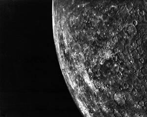 1974 Το νοτιοανατολικό τμήμα του πλανήτη Ερμή, όπως απαθανατίστηκε από το Mariner 10, λίγες ώρες πριν το σκάφος φτάσει στο κοντινότερο σημείο του πλανήτη.