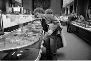 1976 Η τενίστρια Μαρτίνα Ναβρατίλοβα, που αυτομόλησε από την Τσεχοσλοβακία πριν από λίγους μήνες, κάνει τις αγορές της στο Tiffany's της Νέας Υόρκης.