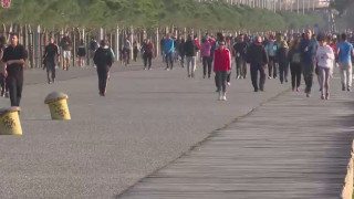 Θεσσαλονίκη: Πλήθος κόσμου στην παραλία παρά τα αυστηρά μέτρα