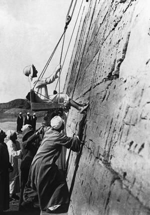 1930, Αίγυπτος. Η βασίλισσα Ελισάβετ του Βελγίου ανεβαίνει στη μεγάλη πυραμίδα του Χέοπα.