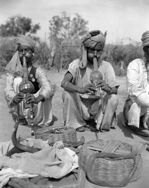 1949, Ινδία. Ένας έμπειρος γητευτής φιδιών, στο χωριό Μόλαρμπουντ της Ινδίας, διδάσκει ένα νεότερό του την τέχνη του. Το συγκεκριμένο χωριό είναι λίκνο των γητευτών, που συνήθως εξασκούν την έχνη τους με δηλητηριώδεις κόμπρες.