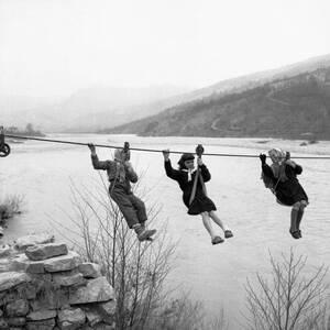 1959, Μόντενα. Τρει παιδιά πηγαίνουν στο σχολείο τους. Για να το κάνουν, πρέπει να διασχίσουν, με αυτόν τον τρόπο τον ποταμό Πανάρο, η γέφυρα του οποίου καταστράφηκε στον Β' Παγκόσμιο Πόλεμο και δεν ξαναχτλιστηκε έκτοτε.