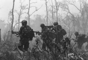 1967, Βιετνάμ. Αμερικανοί πεζοναύτες της 173 αερομεταφερόμενης Μεραρχίας προελαύνουν στη ζούγκλα του Βιετνάμ εναντίον θέσεων των Βιετκονγκ.