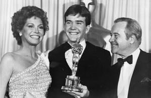 """1981, Λος Άντζελες. Ο Τίμοθι Χάτον (στο κέντρο) έχει παραλάβει το Όσκαρ για την εμηνεία του στην ταινία """"Ordinary People"""", στην 52η απονομή των βραβείων. Δίπλα του οι συμπρωταγωνίστριά του στην ταινία, Μαίρη Τάιλερ Μουρ και ο Τζακ Λέμον."""