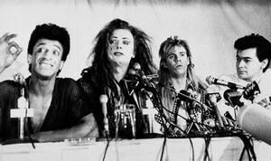 1984, Μόντρεαλ. Το συγκρότημα Culture Club, με τον τραγουδιστή τους Μπί Τζορτζ δεύτερο από αριστερά, δίνουν συνέντευξη Τύπου, πριν την έναρξη της βορειοαμερικανικής τους περιοδείας.