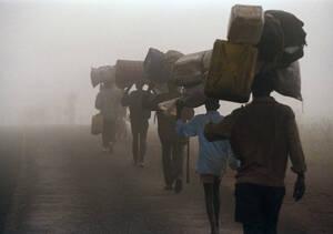 1995, Μπουρούντι. Πρόσφυγες Χούτου περπατούν προς τα σύνορα με την Τανζανία, προκειμένου να αποφύγουν επιθέσεςι από ένοπλες ομάδες Τούτσι.