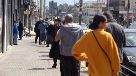 Κορωνοϊός: Μεγάλες ουρές σε τράπεζες στην Αθήνα - Δεν τηρούνται οι αποστάσεις