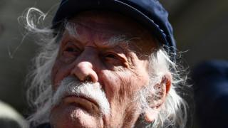 Μανώλης Γλέζος: Οι Αθηναίοι είπαν «αντίο» από τα μπαλκόνια τους με χειροκρότημα και τραγούδι