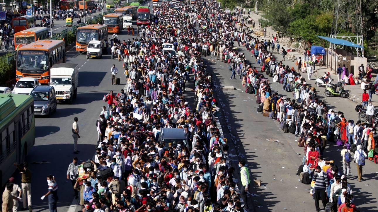 Αποτροπιασμός στην Ινδία: Ψέκασαν με απολυμαντικό μετανάστες