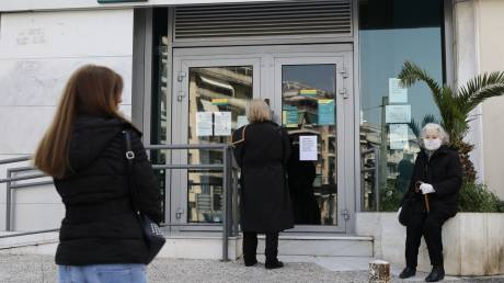 Κορωνοϊός: Ουρές για άλλη μια μέρα στις τράπεζες πριν καν ανοίξουν