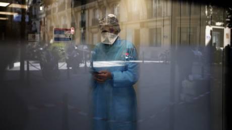 Από την εντατική... στο Twitter: Η διπλή μάχη των γιατρών κατά του κορωνοϊού