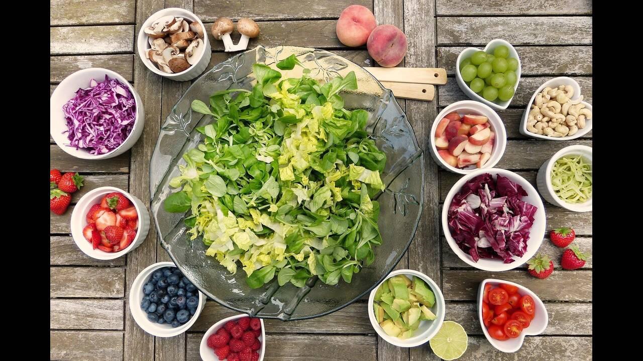 https://cdn.cnngreece.gr/media/news/2020/04/01/213623/photos/snapshot/salad.jpg