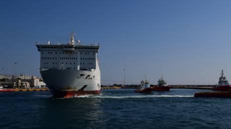 Έξω από το λιμάνι του Πειραιά το «Ελευθέριος Βενιζέλος» – Δύο από τα 20 κρούσματα στο νοσοκομείο