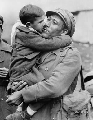 1938 Ένας Ισπανός του δημοκρατικού στρατού αγκαλιάζει το γιο του, τη στιγμή που οι δύο συναντώνται ξανά στη Λουσόν της Γαλλίας, όπου πρόσφυγες από την Ισπανία συρρέουν, περνώντας τα σύνορα.