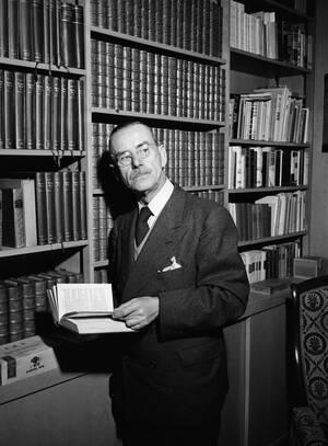1938 Ο Γερμανός συγγραφέας Τόμας Μαν στο σπίτι του στην Καλιφόρνια. Ο Μαν ήρθε να ζήσει στις Ηνωμένες Πολιτείες και έγινε Αμερικανός πολίτης, αφήνοντας πίσω του τη Γερμανία, καθώς υπήρξε φανατικός πολέμιος του φασιμού και του ναζισμού, πολύ πριν ο Χίτλερ