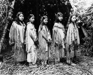 1952 Γυναίκες της φυλής Μεσκαλέρο, των Απάτσι ποζ'άρουν για το φωτογραφικό φακό με τις παραδοσιακές τους ενδυμασίες.