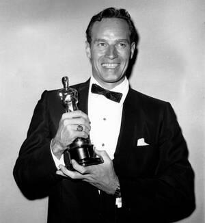 1960 Ο Τσάρλτον Ίστον με το Όσκαρ που κέρδισε για την ερμηνεία του στην ταινία Μπεν Χουρ.Ο Ίστον πέθανε σαν σήμερα το 2008, στα 68 του χρόνια.