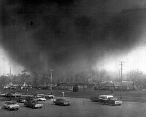 1974 Ένας τυφώνας κινείται στην πόλη Ζένια του Οχάιο, προκαλώντας ζημιές εκατομμυρίων δολαρίων και 29 θανάτους. Η φωτογραφία είναι τραβηγμένη μέσα από το τοπικό νοσοκομείο.