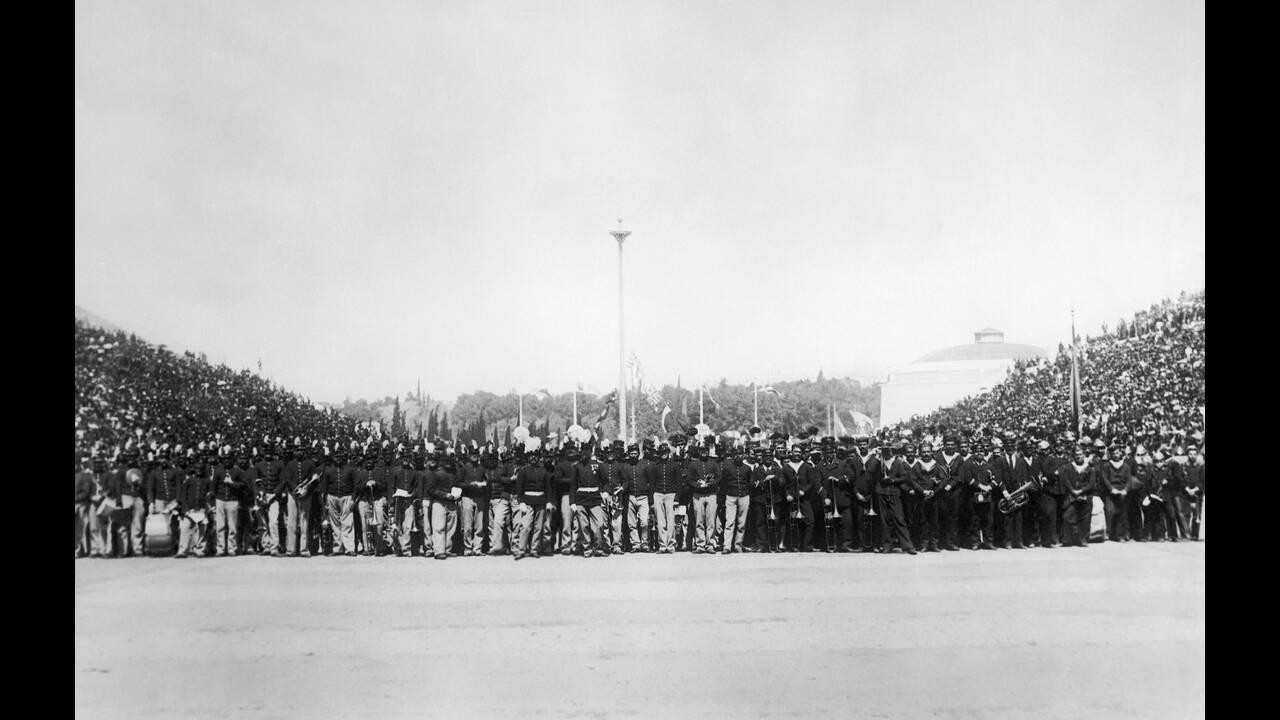 1896 Ένα μεγάλο πλήθος είναι συγκεντρωμένο στο Παναθηναϊκό Στάδιο της Αθήνας στην τελετή έναρξης των πρώτων σύγχρονων Ολυμπιακών Αγώνων.