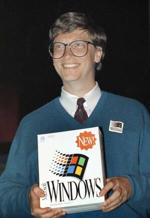 1992 Ο Bill Gates, συν-ιδρυτής της Microsoft κρατάει το κουτί που περιέχει το σύστημα Microsoft Windows, καθώς το παρουσιάζει για πρώτη φορά  στο κοινό, στο συνέδριο της Comdex, στο Σικάγο.