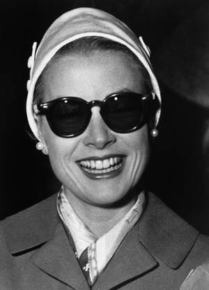 1956 Η Γκρέις Κέλι φτάνει στον Καθεδρικό Ναό του Μονακό για μια πρόβα του γάμου της με τον Ρενιέ. Ο γάμος πρόκειται να γίνει στις 19 Απριλίου.