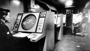 """1967 Το """"Missle Mentor"""" είναι ένα νέο σύστημα ελέγχου πυραύλων εδάφους-αέρος, το οποίο ελέγχεται από ηλεκτρονικό υπολογιστή. Το σύστημα ελέγχει και όλο τον εναέριο χώρο της Αγγλίας, από τη βάση του στο Κόβεντρι."""