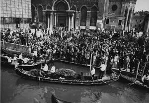 1971 Η σορός του Ρώσου συνθέτη Ιγκόρ Στραβίνσκι φεύγει από την εκκλησία πάνω σε μια γόνδολα και μεταφέρεται στο νησί-νεκροταφείο του Αγίου Μιχαήλ στη Βενετία. Ο Στραβίνσκι πέθανε στις 6 Απριλίου σε ηλικία 89 ετών.