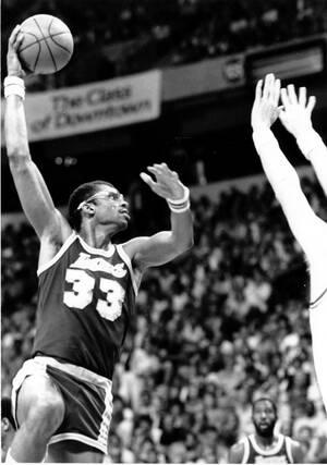 1984 O παίκτης των Los Angeles Lakers, Καρίμ Αμπντούλ Τζαμπάρ σε ένα παιχνίδι με τους Utah Jazz, στο Λας Βέγκας, επιχειρεί μια κλασική πια κίνηση, αλλά πολύ καινοτόμα για την εποχή της: Το sky hook, τη ραβέρσα. Χρησιμοποιώντας το κορμί και τα μακριά του