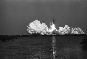 1984 Το Τσάλεντζερ απογειώνεται από το Διαστημικό Κέντρο Κένεντι, στη Φλόριντα, για μια αποστολή έξι ημερών στο διάστημα.