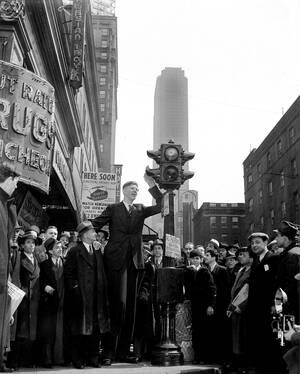 1937 Ο 18χρονος Ρόμπερτ Γουάντλοου, από το Άλτον του Ιλινόις, περιμένει να ανάψει το πράσινο φανάρι για τους πεζούς σε μια διασταύρωση της Νέας Υόρκης. Δίπλα του είναι ο πατέρας του και μάνατζέρ του, Χάρολντ Γουάντλοου, με τον οποίο κάνουν μια περιοδεία