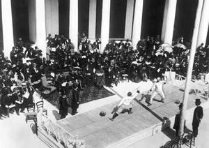 1896 Μέλη των εθνικών ομάδων ξιφασκίας της Ελλάδας και της Γαλλίας, στον τελικό του αθλήματος, στο Ζάππειο Μέγαρο, κατά τη διάρκεια των πρώτων σύγχρονων Ολυμπιακών Αγώνων της Αθήνας.