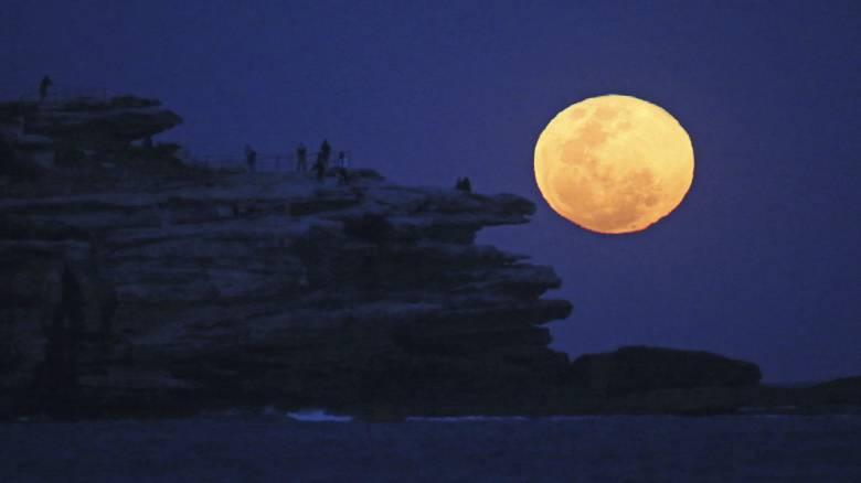 Ροζ υπερπανσέληνος: Στο νυχτερινό ουρανό απόψε το μεγαλύτερο φεγγάρι του 2020