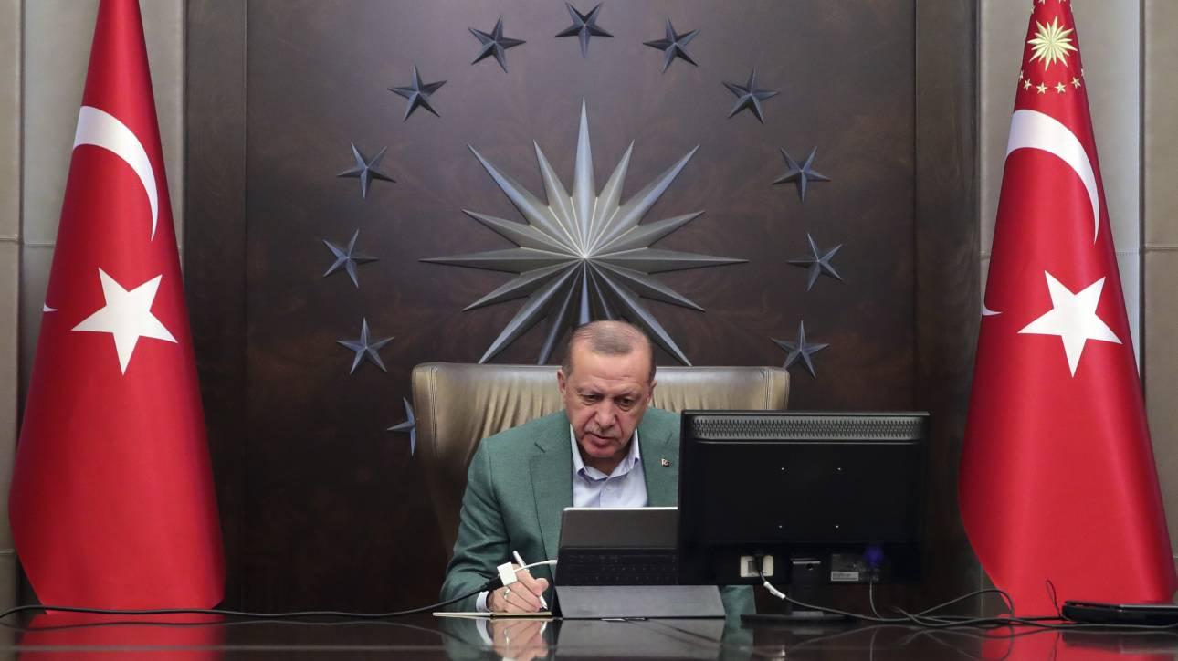 Κορωνοϊός: Υπό πίεση ο Ερντογάν αντιμέτωπος με την επιτάχυνση της επιδημίας