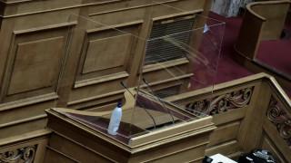 Κορωνοϊός: Κουβούκλιο από πλεξιγκλάς στο βήμα της Βουλής