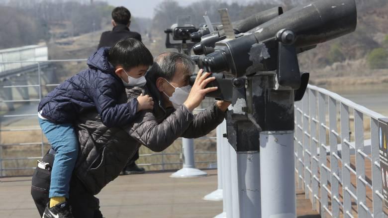 Β. Κορέα: Συνεχίζει τις στρατιωτικές ασκήσεις εν μέσω κορωνοϊού ο Κιμ Γιονγκ Ουν