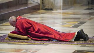 Ο Πάπας Φραγκίσκος στην «Πομπή της Σταύρωσης» συνοδεία κρατουμένων και γιατρών