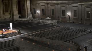 Μοναδικές εικόνες: Ο Πάπας μόνος, σε ένα άδειο Βατικανό, στη λειτουργία της Μεγάλης Παρασκευής