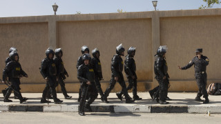 Αίγυπτος: Δακρυγόνα και συλλήψεις σε κηδεία γυναίκας γιατρού που πέθανε λόγω κορωνοϊού