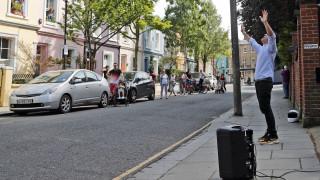 Κορωνοϊός - Βρετανία: Ιερέας ψάλλει στους δρόμους του Λονδίνου δίνοντας ελπίδα στους πιστούς