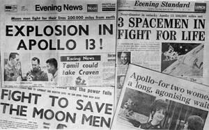 1970, Λονδίνο. Ο βρετανικός Τύπος έχει ως μοναδικό θέμα στα προωτοσέλιδά του το ατύχημα που συνέβη κατά τη διάρκεια της αποστολής του Apollo 13 στο διάστημα.