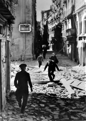 1938, Λερίδα, Καταλωνία. Κάτοικοι της πόλης την εγκαταλείπουν, καθώς οι δυνάμεις του Φράνκο προελαύνουν, κατά τη διάρκεια του Ισπανικού Εμφυλίου Πολέμου.