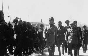 1939, Τίρανα. Ο κόμης Τσιάνο, ο Ιταλός υπουργός Εξωτερικών, επιθεωρεί τα ιταλικά στρατεύματα στα Τίρανα, μετά την ολοκλήρωση της κατάκτησης της χώρας από τους Ιταλούς.