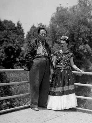 1939, Μέξικο Σίτι. Ο Μεξικανός καλλιτέχνης Ντιέγκο Ριβιέρα και η σύζυγός του, Φρίντα Κάλο, έξω από το σπίτι τους στην πόλη του Μεξικού.