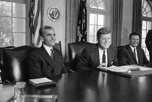 1962, Ουάσινγκτον. Ο Αμερικανός Πρόεδρος Τζον Κένεντι με το Σάχη του Ιράν, Ρεζά Πεχλεβί, στο Λευκό Οίκο.