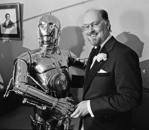 """1980, Βοστώνη. Ο συνθέτης Τζον Γουίλιαμς με το θρυλικό ρομπότ του """"Πολέμου των Άστρων"""" C-3PO, σε συνέντευξη Τύπου."""