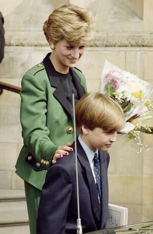 1992, Λονδίνο. Η πριγκίπισσα Νταϊάνα και ο γιος της Ουίλιαμ, σε επίσκεψή τους στο Μουσείο Φυσικής Ιστορίας στο Λονδίνο.