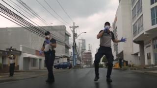 Καραντίνα μετά μουσικής: Αστυνομικοί στον Παναμά τραγουδούν στους πολίτες που μένουν σπίτι