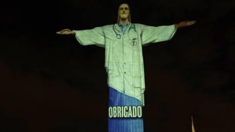 Φόρος τιμής στους ήρωες του κορωνοϊού: Το άγαλμα του Χριστού στο Ριο «φόρεσε» στολή γιατρού