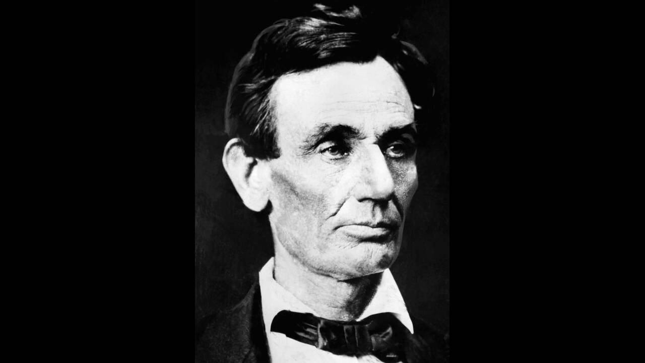 1860, Σικάγο.  Ο Αβραάμ Λίνκολν φωτογραφίζεται λίγο μετά τη νίκη του στις αμερικανικές Προεδρικές εκλογές. Ο Λίνκολν δολοφονήθηκε στις 14 Απριλίου 1865, στην Ουάσινγκτον.
