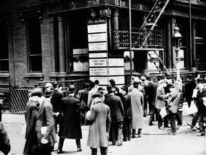 1912, Νέα Υόρκη.  Άνθρωποι συρρέουν έξω από τα γραφεία της εφημερίδας The New York Sun, για να διαβάσουν τα τελευταία νέα για τον Τιτανικό, που βυθίστηκε, παίρνοντας μαζί του περισσότερους από 1.500 ανθρώπους.